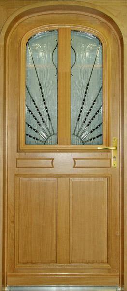 Porte en anse de panier coins de mouchoir à deux panneaux plate bande et moulures en relief